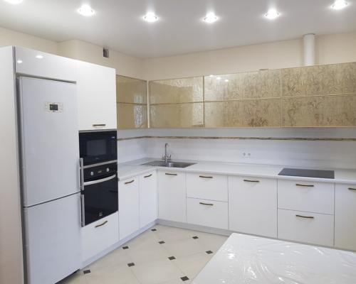 Кухня с фасадами в глянцевой эмали